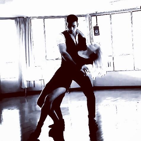actuación bachata elegante_marcos paez y elena grish_bailarines_infinitouno
